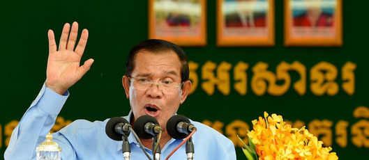 """Hun Sen célèbre sa victoire """"claire comme le cristal"""" devant des milliers d'ouvriers (AFP / TANG CHHIN Sothy)"""