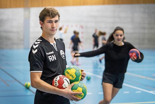 Robin leitet stets fokussiert die Trainings der FU18     (© Foto: Michel Canonica)