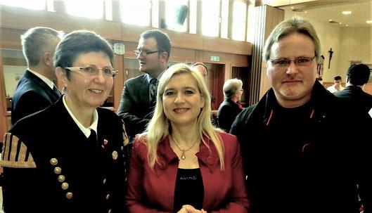 SHG-Mitglied Ralf Wiesner (rechts) und Maria Boßle (links) besprachen Probleme der Schmerzversorgung mit der Gesundheitsministerin Melanie Huml beim Sulzbach-Rosenberger CSU-Forum der Begegnung