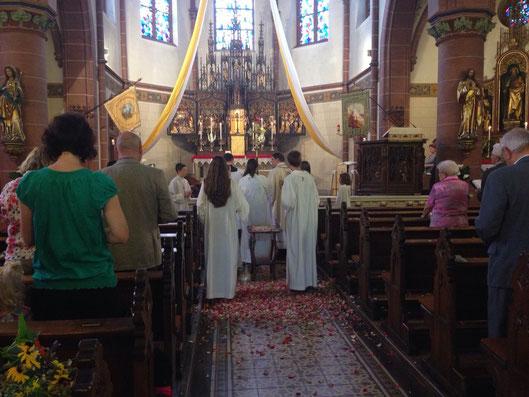Nach der Messe war der Boden bedeckt von bunten Blüten und duftenden Kräutern