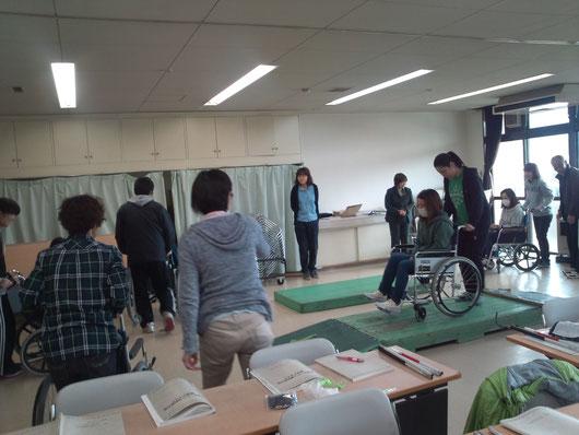 福祉有償運送の運転協力者の講習会、車椅子でスロープや段差を全員が体験します。