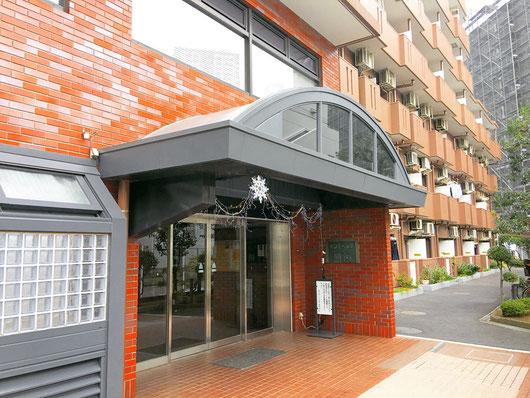 ↑院を構える「モンテベルデ横浜」(写真奥のベランダの道が近道です)