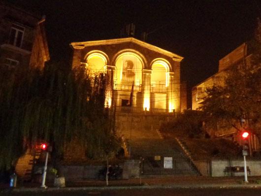Yerevan bei Nacht, unten links beginnt die Klaviertreppe