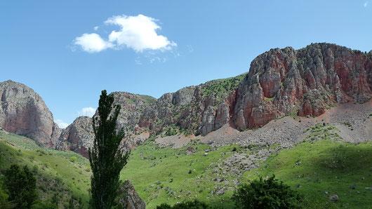 Die Felsen gegenüber von Noravankh