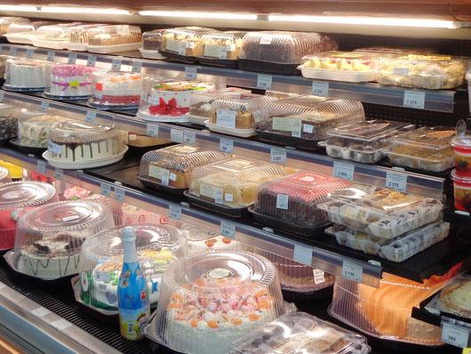 Tortenauswahl in einem Yerevaner Supermarkt