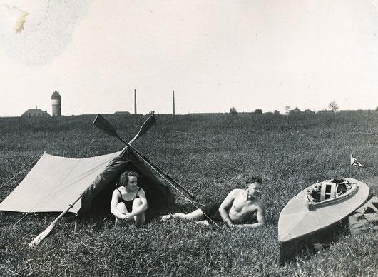 Zelten am Rhein (Lotte und Willy Hirschmann), links im Hintergrund der Friemersheimer Wasserturm (vor einigen Jahren von einem Architekten zu Wohnzwecken umgebaut)