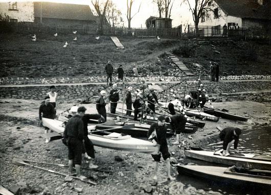 Unterhalb des Bootshauses am Rhein, Anfang der 30er, überwiegend mit selbst gebauten Booten