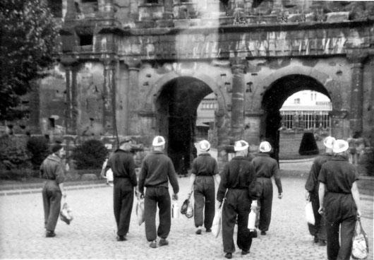 FWF-Kanuten in den Dreißigern vor der ehrwürdigen Porta Nigra, Trier
