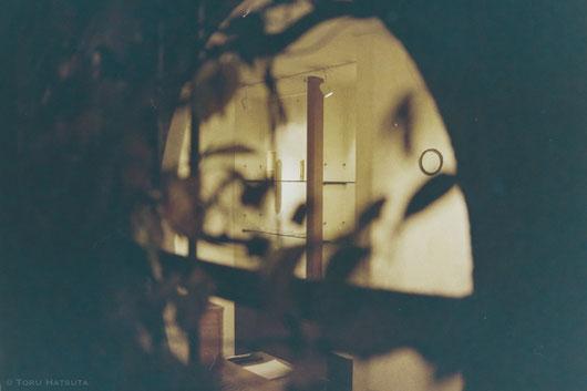 ギャラリー壽庵の円窓から。夜の室内