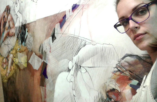 Tiffany Vailier devant un de ses grands tableaux sur bois