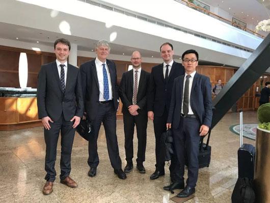 洪臣(右一)与亚琛工业大学校长(左二)一行参加中德论坛