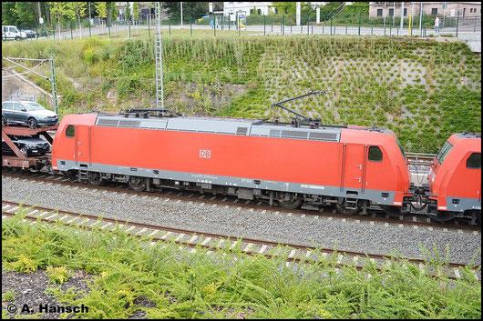 Am 24. Juli 2015 zieht 185 358-9 einen Güterzug durch Chemnitz Hbf. gen Zwickau. Vorspann hat Schwesterlok 185 307-6