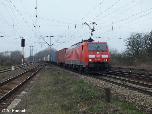 Am 18. März 2014 durchfährt 189 010-2 mit einer langen Leine Kisten Leipzig Thekla