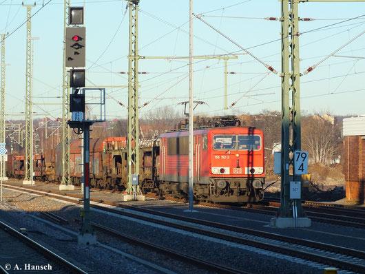 12. Dezember 2013: Inzwischen sind die neuen Außengleise in Chemnitz Hbf. befahrbar. 155 152-2 durchfährt den Bahnhof mit GA 52523 nach Zwickau. Mit Fahrplanwechsel am 15. Dezember 2013 wird diese Leistung nicht mehr über Chemnitz gehen