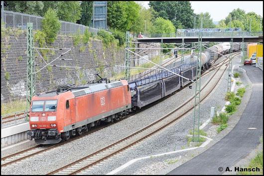 185 006-4 zieht am 23. Juli 2015 einen gemischten Güterzug durch Chemnitz. Gleich unterquert der Zug die Brücke am Dresdner Platz kurz vorm Hbf.