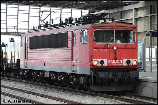 155 148-0 durchfährt am 23. Juli 2015 die Bahnhofshalle von Chemnitz Hbf. Am Haken hat sie einen gemischten Güterzug
