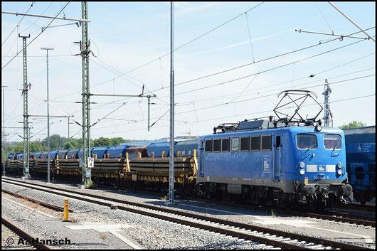 Am 22. Juli 2015 zieht 140 810-3 (PRESS 140 041-5) einen Schwellenzug aus dem Abstellbereich am AW Chemnitz in den Hbf.