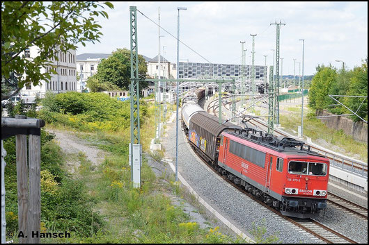 155 075-5 zieht am 31. Juli 2015 den EZ 45300 durch Chemnitz Hbf.