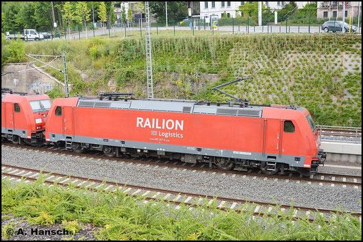 185 307-6 hat am 24. Juli 2015 Vorspann vor Schwesterlok 185 358-9. Hier verlässt die gemischte Güterfuhre gerade Chemnitz Hbf. gen Zwickau