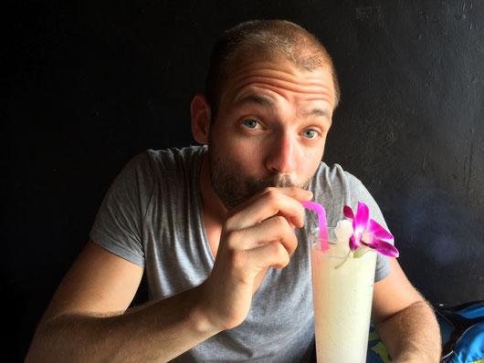 Christoph schlürft seinen Kokoswasser-Cocktail und weis noch nichts von seinem zukünftigen Glück!