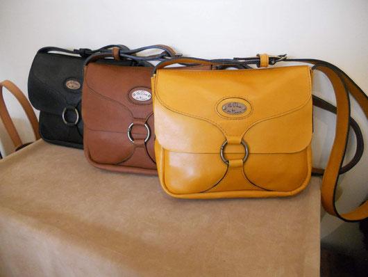 """Sac """"Camille"""", en cuir de vachette, petite taille, 20*24 cm, fermeture par mousqueton rond, bandoulière réglable, poches dedans et au dos, doublure croûte de cuir."""