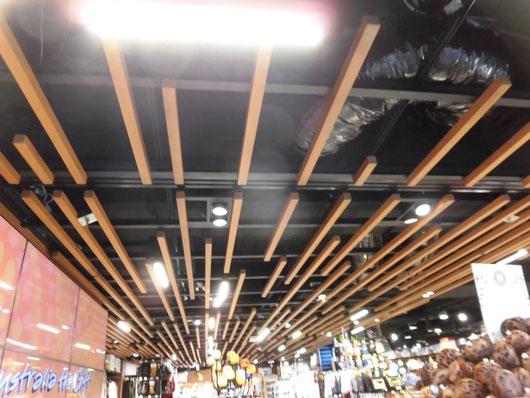 黒と木が映える天井