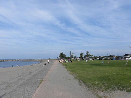 駐車場からビーチまで50mくらい、海外のビーチみたいだった