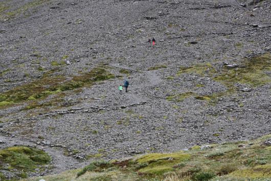 Annette und Miriam arbeiten sich vor in Richtung des Gletschers Martial