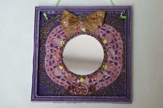 Petit miroir en dentelle de carton et de papier dans une jolie couleur figue.