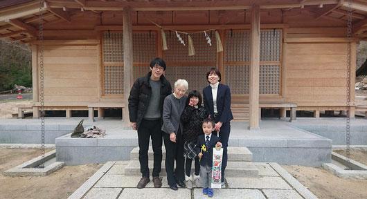 総社宮拝殿の前で記念撮影をする七五三のお参りに訪れたゆうたくん家族