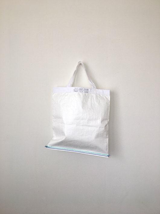 ポリエチレン製のショッピングバッグです。コットン イエロー 糸 サイズ 大きい ランドリーバッグ 大きなモノ 持ち運び プラスチック繊維 テロン 柔らかい 折りたたみ 薄い コンパクト インド チープ エコバッグ PUEBCO プエブコ  綿 ヴィンテージ アンティーク シンプル アート ハンドメイド 1点もの リサイクル インテリア おしゃれ 可愛い おすすめ デザイン ブランド プレゼント