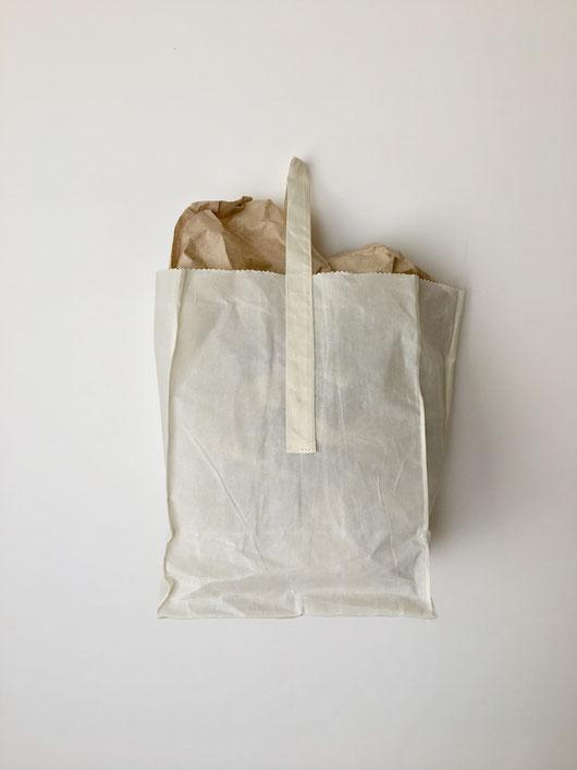 買い物や普段使い用のバッグ。紙袋ようなデザイン。ワックスコーティング ワックスドコットン 綿布 帆布  独特 風合い 生成り ユニーク トートバッグ エコバッグ ショッピングバッグ 街歩き 町歩き 小さい シンプル 袋型 袋形 プエブコ PUEBCO 白 アイボリー 自然 ナチュラル インド シンプル アート 海外 輸入 外国 珍しい インテリア おしゃれ 可愛い おすすめ ブランド プレゼント