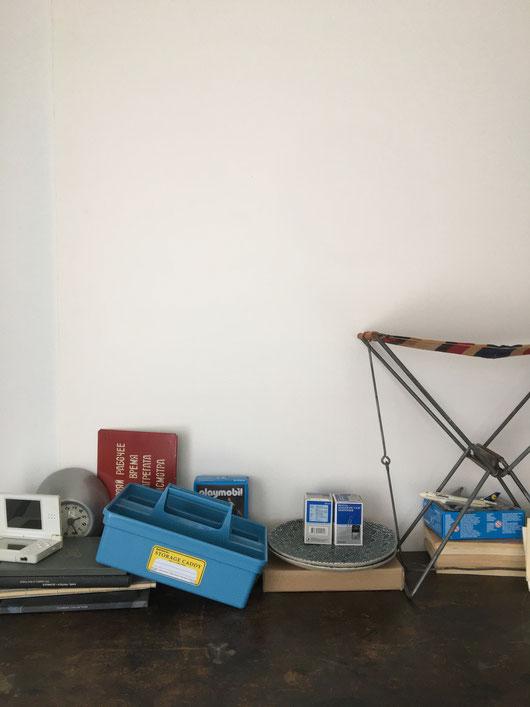 工具箱を使いやすくした、持ち手付きの収納ボックスです。小物ケース 収納ケース リモコンやケーブルなどのガジェット類 文房具 裁縫道具 趣味の道具 手芸用品 化粧品 アクセサリー ペンコ Penco ハイタイド HIGHTIDE カラフル レトロ シンプル 外国製 デルフォニクス スミス インテリア おしゃれ 可愛い 人気 おすすめ デザイン ブランド 通販 ハンドル 靴磨き スタッキング アメリカ