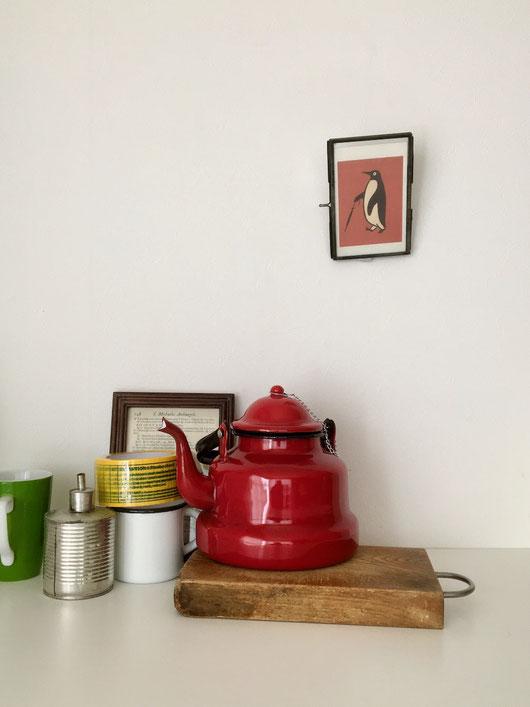 ルーマニア製のホーローのヤカンです。やかん 薬缶 ポット お湯 コンロ お茶 コーヒー 台所 キッチン 鍋 なべ De Emillekeizer クラシック ヴィンテージ ビンテージ 古い ホーロー 琺瑯 鉄 黒 赤 グレー グレイ オランダ ヨーロッパ レトロ インテリア おしゃれ かわいい 人気 おすすめ デザイン ブランド 画像 プレゼント ラッピング 通販