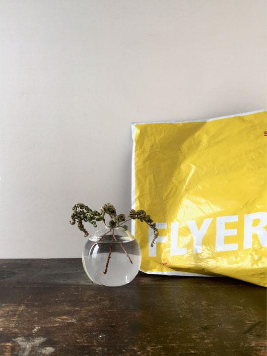 クリアガラスの球体の花器。ベルギーのSERAX(セラックス)社の花瓶。フラワーベース 一輪挿し 花びん 花 生ける ドライフラワー 活ける 飾る 玄関 テーブル 机 床の間 アッシュグレイ 丸 円形 円 球 ボール 丸い 透明 ヨーロッパ 外国 輸入 海外 シンプル ミニマル 禅 かっこいい インテリア おしゃれ かわいい 人気 おすすめ デザイン ブランド プレゼント ラッピング 通販