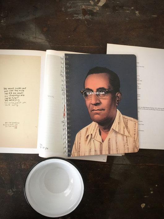 インドのアンティークショップでよく見かける肖像画が表紙デザインになったスケッチブック。絵画 写実的 イラストレーション アート デザイン アイボリー色 水彩紙 美しい スクラップブック 写真 思い出 保存 画用紙 クロッキー 写生 デッサン 自由帳 落書き帳 アルバム プエブコ PUEBCO 海外 外国 輸入 ユニーク おじさん インテリア おしゃれ 可愛い おすすめ ブランド プレゼント 通販
