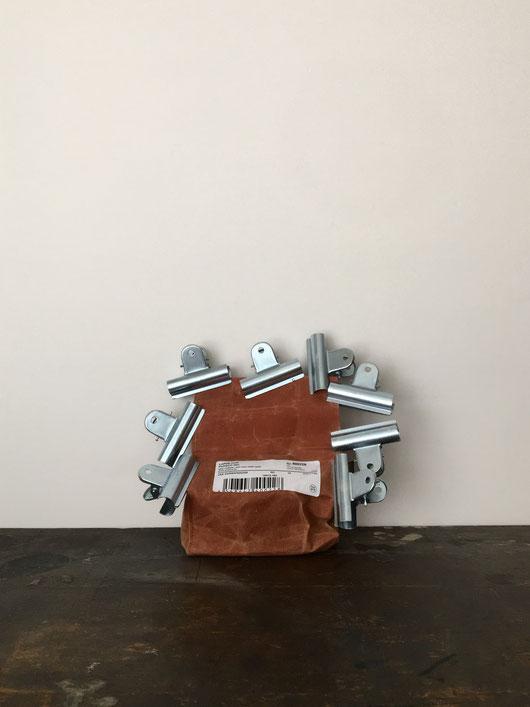 スチールの目玉クリップです。袋の口を留めたり、メモ紙や書類を挟んでまとめたり、ポストカードや写真などを飾るのにも使えます。鉄の素材感のシルバー色が、インダストリアルな雰囲気です。インドの品質の綺麗すぎない仕上がり。ワックスドコットンの袋がついた12個セット。カレンダー 業務用 外国 輸入 インテリア プエブコ PUEBCO 工業製品 海外 外国 輸入 かっこいい インテリア おしゃれ プレゼント