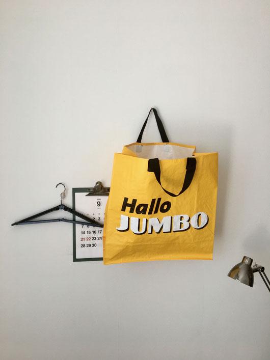 オランダのスーパーマケットのショッピングバッグです。マチの広い正方形のストンとした形。鮮やかなクロームイエローに「Hallo JUMBO」とロゴマークが入っています。エコバッグ 買い物 JUMBO ユンボ 大きめ 四角 マチ付き ポリエチレン PE リサイクル エコ 黄色 珍しい シンプル おしゃれ かわいい 人気 おすすめ デザイン ブランド 画像 プレゼント ラッピング 通販 海外 輸入品