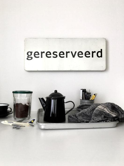 ルーマニア製のホーローのコーヒーポットです。黒い琺瑯引き。クラシカルで可愛い佇まいです。ポット ティーポット ヤカン お湯 コンロ お茶 コーヒー 台所 キッチン 鍋 なべ De Emillekeizer クラシック ヴィンテージ ビンテージ 古い ホーロー 鉄 オランダ ヨーロッパ レトロ インテリア おしゃれ かわいい 人気 おすすめ デザイン ブランド 画像 プレゼント ラッピング 通販
