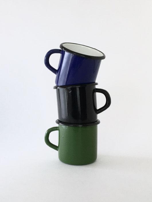 ホーロー製のマグカップです。マグ コップ カップ 食器 コーヒー お茶 紅茶 ミルク 牛乳 歯磨き 洗面所 白 黒 グリーン 緑 青 ブルー コバルトブルー De Emaillekeizer 琺瑯 ホーロー エナメル ルーマニア オランダ ヴィンテージ クラシック 定番 シンプル レトロ アンティーク おしゃれ かわいい 人気 おすすめ デザイン ブランド プレゼント ラッピング 通販 雑貨