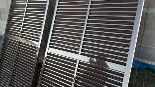 養老町、大垣市、平田町、南濃町、海津町、上石津町、輪之内町で外壁塗装工事中の外壁塗装工事専門店。養老町大場で外壁塗装/外壁塗装工事の付帯(雨戸)の塗装作業中
