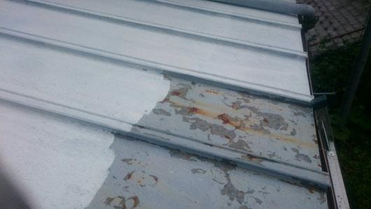 養老町、大垣市、平田町、南濃町、海津町、上石津町、輪之内町で屋根塗装工事中の屋根塗装専門店。養老町橋爪で屋根塗装/ 屋根瓦棒塗装工事のケレン後、下塗り塗装作業中