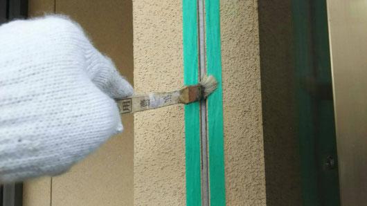 養老町、大垣市、平田町、南濃町、海津町、上石津町、輪之内町で外壁塗装工事中の外壁塗装工事専門店。養老町大跡で外壁塗装/外壁塗装工事のコーキング作業中