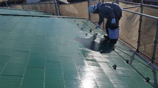 養老町、大垣市、平田町、南濃町、海津町、上石津町、輪之内町で屋根塗装工事中の屋根塗装工事専門店。養老町大場で屋根塗装/屋根カラーベストの上塗り塗装作業