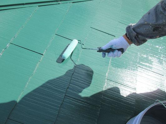 養老町、大垣市、平田町、南濃町、海津町、上石津町、輪之内町で屋根塗装工事中の屋根塗装工事専門店。養老町大場で屋根塗装/屋根カラーベストのクリア仕上げ塗装作業