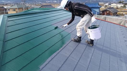 養老町、大垣市、平田町、南濃町、海津町、上石津町、輪之内町で屋根塗装工事中の屋根塗装工事専門店。養老町大場で屋根塗装/屋根カラーベストの中塗り塗装作業