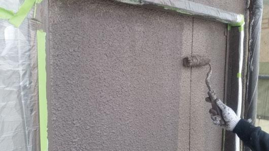 養老町、大垣市、平田町、南濃町、海津町、上石津町、輪之内町で外壁塗装工事中の外壁塗装専門店。養老町飯田で外壁塗装/  外壁塗装工事の上塗り塗装作業中