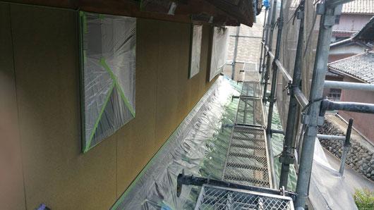 上石津町、大垣市、平田町、南濃町、海津町、養老町、輪之内町で外壁塗装工事中の外壁塗装専門店。上石津町乙坂で外壁塗装/ 外壁塗装工事のためのビニール養生作業中