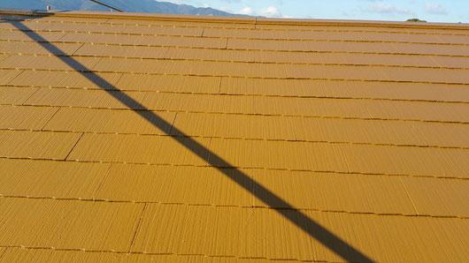 平田町、南濃町、海津町、養老町、輪之内町、羽島市、祖父江町、八開村、立田村、長島町、多度町、北勢町で屋根塗装工事中の屋根塗装工事専門店。海津町で屋根塗装/屋根カラーベスト防水塗装工事の上塗り塗装作業中