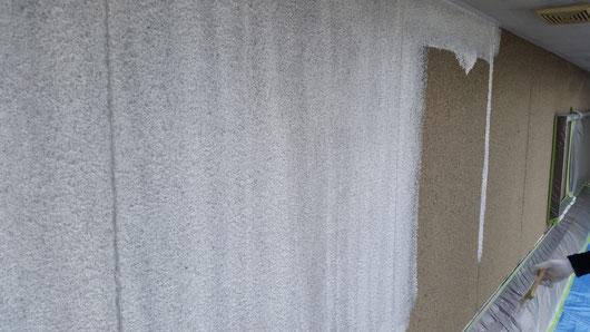養老町、大垣市、平田町、南濃町、海津町、上石津町、輪之内町で外壁塗装工事中の外壁塗装専門店。養老町飯田で外壁塗装/  外壁塗装工事の下塗り塗装作業中